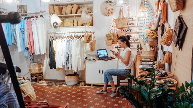 femme dans magasin local